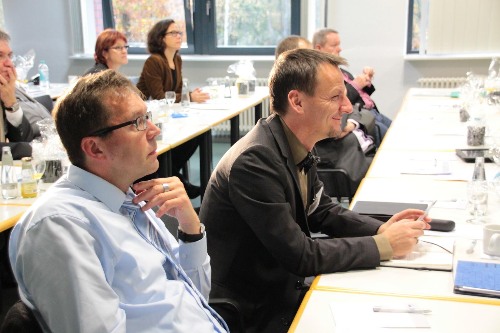 Geschäftsführer Jürgen Hohnl und Netzwerker aus den Innungskrankenkassen hören dem Referenten zu.