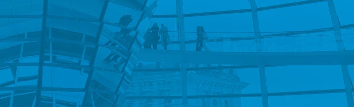 Das Foto zeigt Besucher in der gläsernen Reichstagskuppel innen.